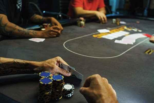 Cara susunan kartu dengan kombinasi dalam permainan poker